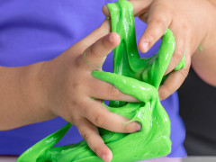 Alkoss gyermekeddel saját DIY csillámos slime gyurmát